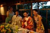 一般人の結婚式に一青窈(右端)がサプライズ登場。生歌の「ハナミズキ」をプレゼントした