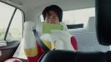 """タクシーに乗って移動し、女の子を助けに行くヒーロ""""ケインジャー"""""""