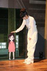 舞台あいさつ前に「バケモノの子」展を見学した宮崎あおい