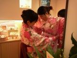 「よろし化粧堂」では商品購入で和装袴に着替えて記念撮影サービスも