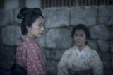 大河ドラマ『花燃ゆ』第31回「命がけの伝言」 より。寿(右・優香)は、伊之助の命を救いたいと奥御殿の美和(左・井上真央)を訪ねる(C)NHK