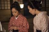 大河ドラマ『花燃ゆ』第31回「命がけの伝言」 より。井上真央・日出(右・江口のりこ)は、宴で椋梨に毒を盛るように美和(左・井上真央)をそそのかす(C)NHK