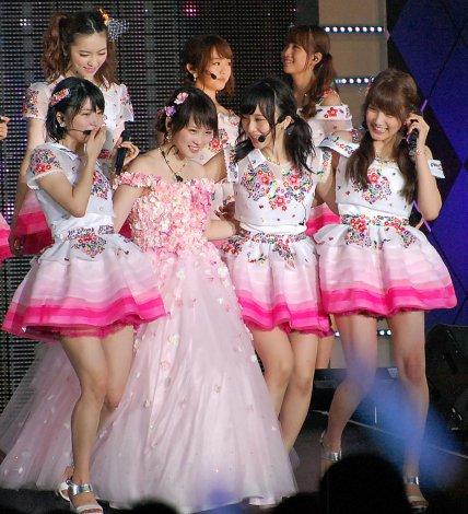 ピンク色ドレスの川栄李奈