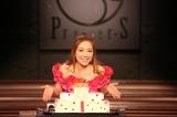 「プルミエ」を使用したクリスマスケーキを前にポーズをとる平原綾香