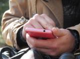 移動中にスマートフォンでゲームアプリを楽しむ人は多い。現在のゲーム市場をけん引していると見られる