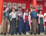 かるたの聖地・近江神宮で撮影を行った映画「ちはやふる」の出演者。右から3人目がヒロイン千早役の広瀬すず(大津市)
