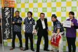 初の海外巡業に決意を表す久慈まめぶ部屋のメンバーと遠藤譲一市長(中央)