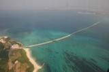 伊良部島(左)から宮古島に延びる伊良部大橋