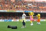 清水エスパルスの試合前に日本平IAIスタジアムで「O-RANGE!!」を歌う小園美樹(5/16)(C)S-PULSE