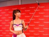 自撮り棒もセットされた、トリンプ・インターナショナル・ジャパン『ウェアラブル女子力アップブラ』を着用したイメージガールの永田レイナ (C)oricon ME inc.