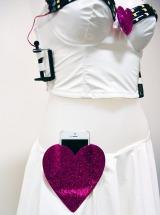 """トリンプ・インターナショナル恒例の""""世相反映ブラ""""、今年は『ウェアラブル女子力アップブラ』。スカートウエスト部分のハートにスマートフォンを収納 (C)oricon ME inc."""