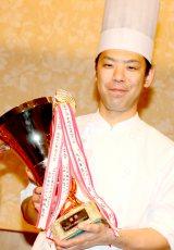 グランプリを獲得したセルリアンタワー東急ホテル所属の竹末宗弘氏(写真:鴇田崇)
