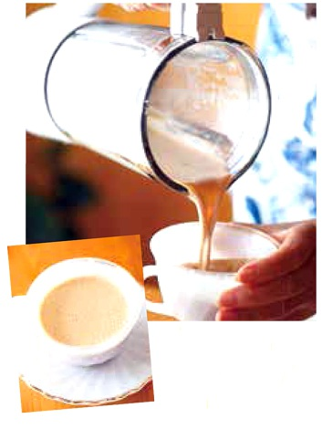 コーヒーとココナッツミルクを約50mlずつミキサーに入れて混ぜるだけ(「人の名前がでてこないことありませんか? ココナッツくんの出番です!」(株式会社SDP)より)