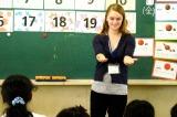 日本の小学校で授業を行うアメリカ人留学生のニコラ・シェスターさん