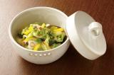 漬ける野菜&調味液次第でさまざまな味が楽しめる浅漬け。キャベツ×コンブ×鷹の爪でピリ辛風に(写真:メイダイ社)
