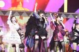 それぞれ異なるモンスターの仮装衣装をまとい、新曲「ハロウィン・ナイト」を披露した (C)AKS