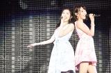 M12「君と僕の関係」を歌う(左から)渡辺麻友、宮脇咲良〜『AKB48真夏の単独コンサート in さいたまスーパーアリーナ〜川栄さんのことが好きでした〜』初日公演(C)AKS