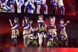 "AKB48のライブで「ロマンス拳銃」を披露した小嶋陽菜(中央)ら""おっぱい選抜"" (C)AKS"
