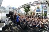 東京・新宿駅前でglobeデビュー20周年イベントを開催した小室哲哉とマーク・パンサー