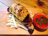 27日よりオープンする期間限定カフェ「黄金マンガ肉カフェ」で提供されるマンガ肉『とろけるチーズトマトソース』