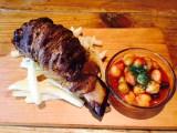 27日よりオープンする期間限定カフェ「黄金マンガ肉カフェ」で提供されるマンガ肉『チリビーンズ』