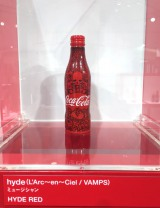 L'Arc〜en〜Cielのhydeがデザインしたチャリティーボトル=「コカ・コーラ」ボトル100周年企画『コカ・コーラ 三越伊勢丹 アートスリムボトルチャリティ』 (C)ORICON NewS inc.