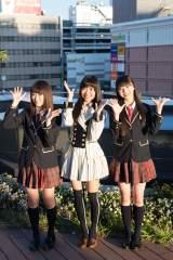 NGT48の3人が専用劇場が誕生する「ラブラ2」をバックに笑顔