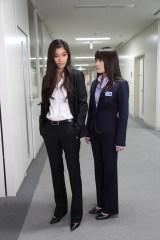 北乃きい(右)と篠原涼子(左)、『アンフェア』シリーズのW主人公が初共演(C)関西テレビ
