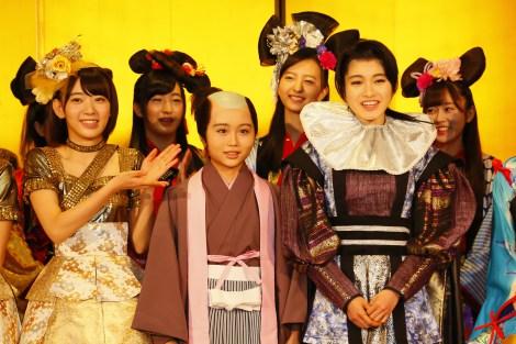 『HKT48指原莉乃 座長公演』博多凱旋公演が開幕(左から)宮脇咲良、新メンバーとして公演に出演した秋吉優花、神志那結衣 (C)AKS