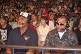 放送席から激闘を見守った武藤敬司(左)と蝶野正洋