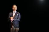 テレビ東京ほかで放送中。しりとりをテーマにしたバラエティー番組『超シリトリアル』のMCを務める八嶋智人(C)テレビ東京