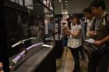 写真=人気アニメと日本の伝統技術のコラボレーション作品を鑑賞する来場者