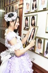 劇場通路の壁掛け写真を外す倉持明日香=AKB48・倉持明日香卒業公演(C)AKS