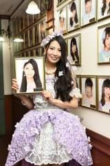 劇場通路の壁掛け写真を外した倉持明日香=AKB48・倉持明日香卒業公演(C)AKS