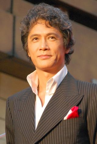 ストライプのスーツの加藤雅也