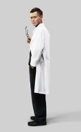 物語の鍵を握るナゾの産婦人科医師役を演じる渡部篤郎(C)NHK