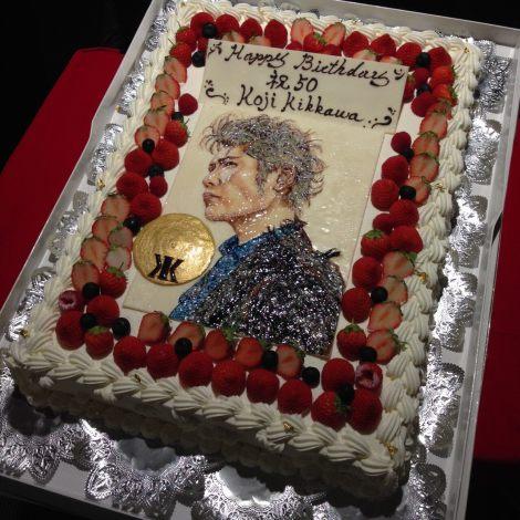 """50歳の誕生日を迎えた吉川晃司=ライブDVD&Blu-ray『KIKKAWA KOJI 30th Anniversary Live""""SINGLES+ RETURNS""""』特別先行上映会に登場した誕生日ケーキ"""