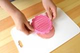 ロースハムを簡単に花形にすることができる『ハムカッター』使い方(1)「ハムカッター」をハム1枚にギュッと押す