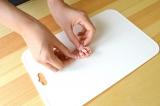 ロースハムを簡単に花形にすることができる『ハムカッター』使い方(2)カットされたハムを半分に折ってくるっと巻く