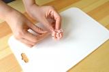 ロースハムを簡単に花形にすることができる『ハムカッター』使い方(3)巻き終わりを爪楊枝を刺して完成
