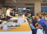 タニタの荻野さんのデモ調理を真剣に見つめる子供たち