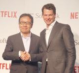 (左から)ソフトバンクの代表取締役兼CEOの宮内謙氏、Netflix日本法人代表取締役社長のグレッグ・ピーターズ氏 (C)ORICON NewS inc.