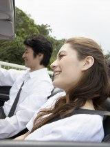 車など移動中の行動にも要注意! 寝てばかりやスマホのいじりすぎは、相手にマイナスな印象を与えてしまうよう