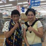 クリス松村(左)とロケを行う虻川美穂子(右)(C)NTV