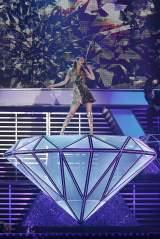 ダイヤモンドの巨大オブジェの上で熱唱