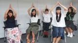 皆でニョッキポーズ!(左から)番組MC・野澤美仁、大関れいか、三浦透子、真山朔、井上苑子 (C)ORICON NewS inc.