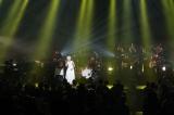ストリングス隊を交えた演奏をバックに全15曲を熱唱した木村カエラ(写真:川田洋司&小境勝巳)