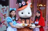 ハロウィン衣装のショコラウサギちゃんと仮装に身を包んだスタッフ (C)oricon ME inc.