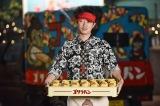 日本テレビ系連続ドラマ『ど根性ガエル』』(毎週土曜 後9:00)最終回を前にゴリライモ(新井浩文)がゴリラパンを売りに都内に登場(C)日本テレビ