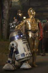 映画『スター・ウォーズ/フォースの覚醒』(12月18日)より。名コンビ、R2-D2(左)と左腕が赤くなっているC-3PO(右)の写真が初公開(C) 2015 Lucasfilm Ltd. & TM. All Rights Reserved